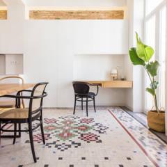Reforma de vivienda en el Ensanche de Valencia: Estudios y despachos de estilo  de DonateCaballero Arquitectos, Moderno