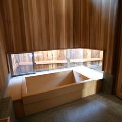 赤い生垣の家: 株式会社高野設計工房が手掛けた浴室です。,