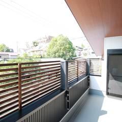 Balcón de estilo  por (株)西村工務店,