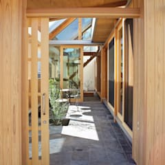 インナーテラスハウス: 一級建築士事務所 青木設計事務所が手掛けたアプローチです。,和風 タイル