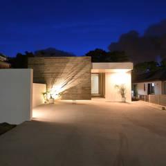 杉板打ち放しコンクリートの壁が浮いて見える高天井の家: Style Createが手掛けた一戸建て住宅です。,