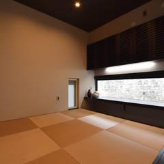 杉板打ち放しコンクリートの壁が浮いて見える高天井の家: Style Createが手掛けた和のアイテムです。,モダン