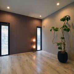 杉板打ち放しコンクリートの壁が浮いて見える高天井の家: Style Createが手掛けた小さな寝室です。,モダン
