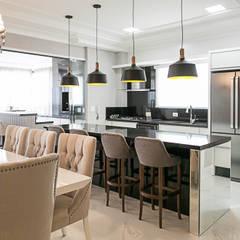 Projeto residencial E+F _em Itapema Sc Cozinhas clássicas por abittare design Clássico