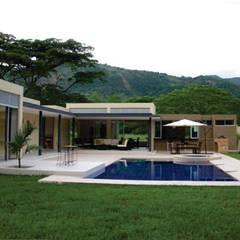 Construcción casa campestre - Villeta: Casas campestres de estilo  por NetCom Construcciones, Moderno