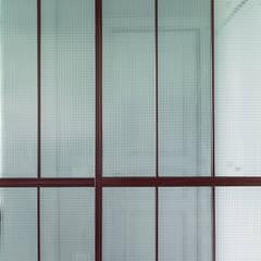 Glass doors by Manuela Tognoli Architettura, Industrial