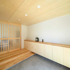 矩形の平屋: 田中洋平建築設計事務所が手掛けた廊下 & 玄関です。,