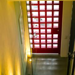 Loft de la escalera espiral roja: Puertas de estilo  por arqflores / architect,