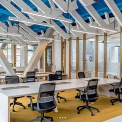 Рабочие кабинеты в . Автор – Grupo enobra, Модерн Дерево Эффект древесины