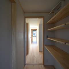 愛知の木組み: 水野設計室が手掛けた廊下 & 玄関です。,