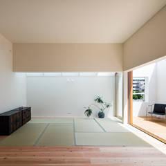 غرفة الميديا تنفيذ FUMIASO ARCHITECT & ASSOCIATES/ 阿曽芙実建築設計事務所, أسيوي