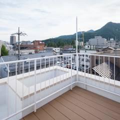 Roof terrace by 山本陽一建築設計事務所,