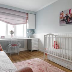 серая квартира с розовым : Спальни для девочек в . Автор – Элит интерьер и ландшафт , Классический Дерево Эффект древесины