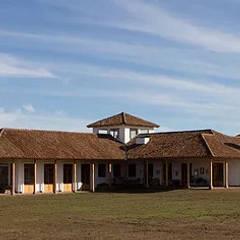 Babilonia: Casas de estilo  por Construccion Americana, Colonial