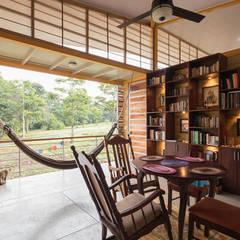 Casa Esparza: Salas / recibidores de estilo  por YUSO,