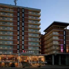 Hotel Velvet Plaza: Hoteles de estilo  por Echauri Morales Arquitectos, Moderno Hierro/Acero
