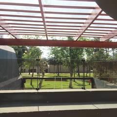 Sol y Sombra - Terraza en Surco: Terrazas de estilo  por YR Solutions, Tropical