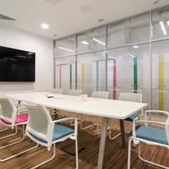 Офис для детского телеканала в ТТЦ Останкино: Офисные помещения в . Автор – SJull Design,