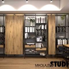 Apartament na strychu Industrialne domowe biuro i gabinet od MIKOŁAJSKAstudio Industrialny