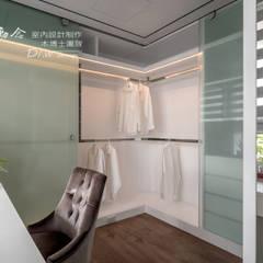 Phòng thay đồ phong cách hiện đại bởi 木博士團隊/動念室內設計制作 Hiện đại