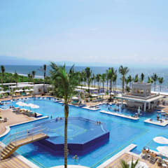 RIU Palace Puerto Vallarta: Jardines de estilo  por JSF de México Landscaping, Tropical