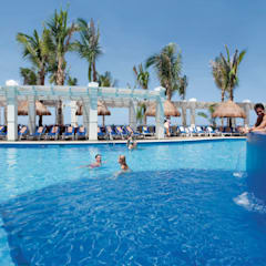 RIUY Palace Mazatlán: Jardines de estilo  por JSF de México Landscaping, Tropical