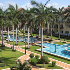 RIU Palace Cancún: Jardines de estilo  por JSF de México Landscaping, Tropical