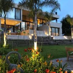 CASA HORMIGON: Jardines en la fachada de estilo  por Maximiliano Lago Arquitectura - Estudio Azteca,Moderno