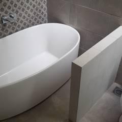 Casa VS-02: Baños de estilo  por EM  Arquitectura, Mediterráneo Azulejos