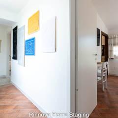 Koridor dan lorong oleh Rinnova Home Staging e Redesign