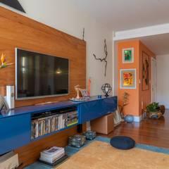 Apartamento Compacto com Feng Shui e Cor Salas multimídia ecléticas por Arquinovação Eclético Madeira maciça Multi colorido