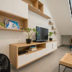 Interior Tomang House: Ruang Keluarga oleh PT Membangun Harapan Sukses,
