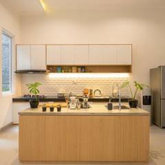 Interior Tomang House: Dapur built in oleh PT Membangun Harapan Sukses, Modern Kayu Buatan Transparent