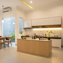 Interior Tomang House: Dapur oleh PT Membangun Harapan Sukses, Modern Kayu Lapis