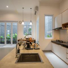 Interior Tomang House: Dapur built in oleh PT Membangun Harapan Sukses, Modern Kayu Lapis