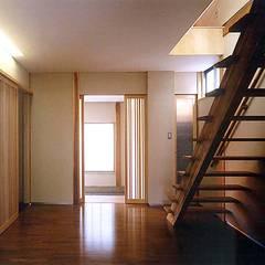 千歳船橋の家: 光風舎1級建築士事務所が手掛けたリビングです。,ラスティック 無垢材 多色
