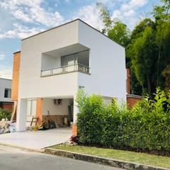 VIVIENDA MULTIFAMILIAR : Casas campestres de estilo  por SEQUOIA. Projects & Designs, Moderno