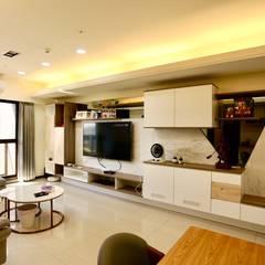 25坪舒適簡約輕裝潢住宅設計 根據 藏私系統傢俱 簡約風