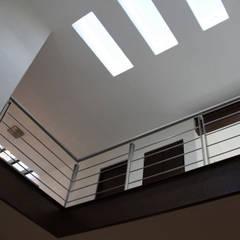 Casa habitación en fraccionamiento residencial: Pasillos y recibidores de estilo  por Rabell Arquitectos, Ecléctico