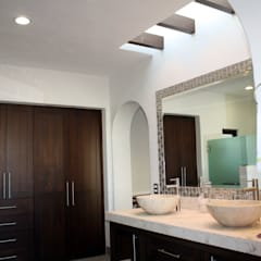 Casa habitación en fraccionamiento residencial: Baños de estilo  por Rabell Arquitectos, Ecléctico