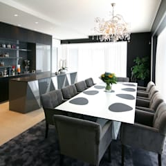 Moderne villa bij Antwerpen:  Eetkamer door marcottestyle,