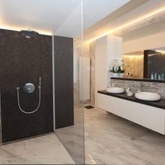 Moderne villa bij Antwerpen:  Badkamer door marcottestyle, Modern Keramiek