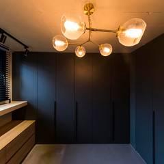용인 수지구 U 아파트| Residence: 므나 디자인 스튜디오의  드레스 룸,모던