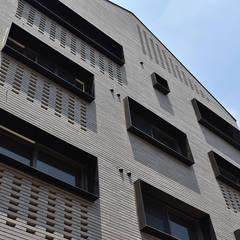 หน้าต่างพลาสติก โดย AAG architecten,