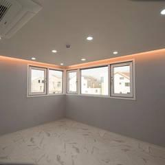 J_oblique 제이오블리크_평택시 고덕지구 FD11-4-9 상가주택: AAG architecten의  방,모던 마분지