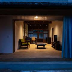 透き間の家: 山本嘉寛建築設計事務所 YYAAが手掛けたサンルームです。,モダン 木 木目調