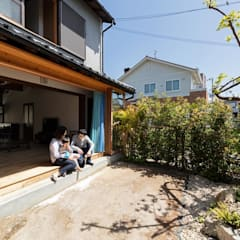 Patios by 山本嘉寛建築設計事務所 YYAA, Asian Solid Wood Multicolored