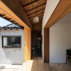 Sukima House Anexos de estilo asiático de 山本嘉寛建築設計事務所 YYAA Asiático Madera Acabado en madera