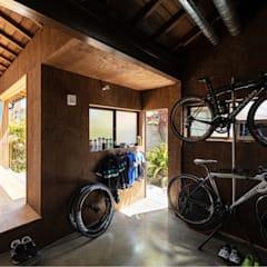 Garajes dobles  de estilo  por 山本嘉寛建築設計事務所 YYAA, Moderno Concreto