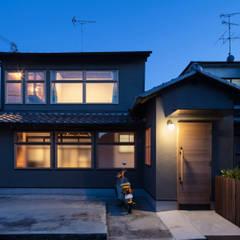 Casas unifamiliares de estilo  por 山本嘉寛建築設計事務所 YYAA, Asiático